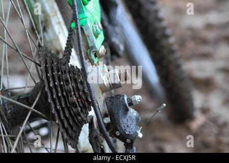 Eine Nahaufnahme Foto eines Mountain Bike Kette und Nabe in Schlamm und Regen - Stockfoto
