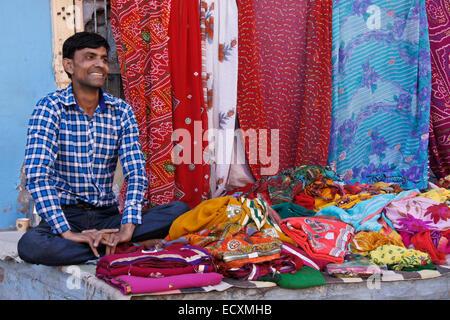 mann verkauf von sari stoffe in die blaue stadt. Black Bedroom Furniture Sets. Home Design Ideas