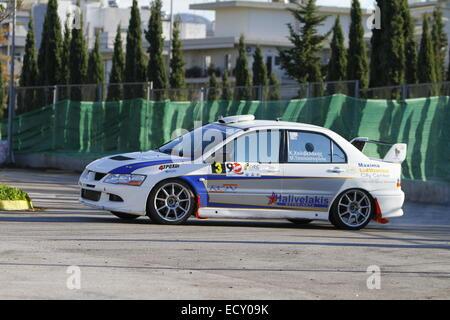 Athen, Griechenland. 21. Dezember 2014. Griechischen Rallyefahrer Konstantinos Chalivelakis und sein Co-Pilot Marios - Stockfoto
