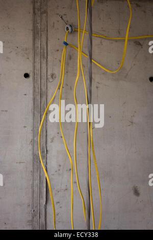 Elektrische Verdrahtung während der Installation auf Baustelle in ...