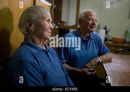 Baldassare und Felicia De Simons in ihrer Küche im Dorf Somma Vesuviana, in den roten Zahlen (Evakuierung) Zone - Stockfoto