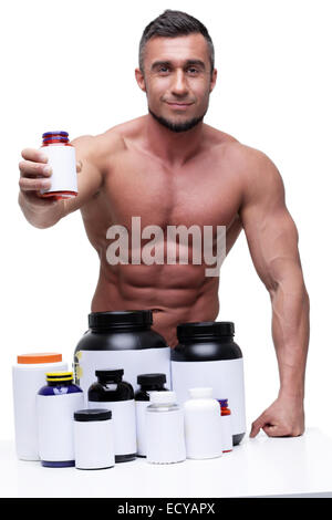 Porträt einer lächelnden muskulöser Mann mit Sports nutrtion - Stockfoto