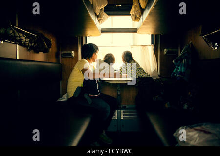 Vater und Kinder suchen Anhänger Fenster