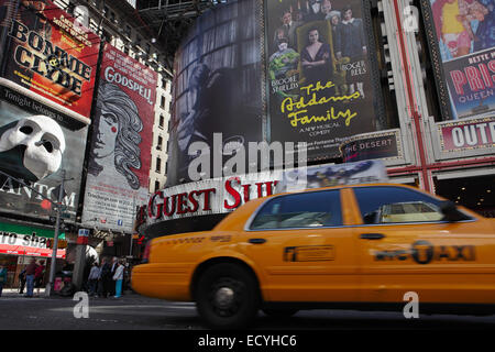 Riesige Plakatwände in Times Square New York werben Shows im Theater District an der 7th Avenue - Stockfoto