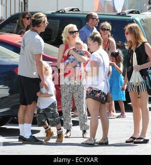 Gwen Stefani trägt ein rotes Top und Sonnenbrillen, unterwegs in Los Angeles mit ihrem Mann und zwei Kinder mit: - Stockfoto