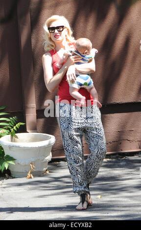 Gwen Stefani trägt ein rotes Top und Sonnenbrillen, unterwegs in Los Angeles mit ihrem Mann und zwei Kinder mit: Gwen Stefani, Apollo Rossdale wo: Los Angeles, California, Vereinigte Staaten von Amerika bei: 19. Juni 2014 Stockfoto