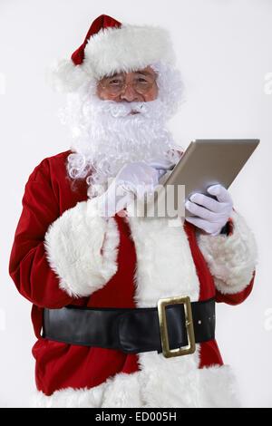 Santa Claus mit Digital-Tablette auf weißem Hintergrund - Stockfoto