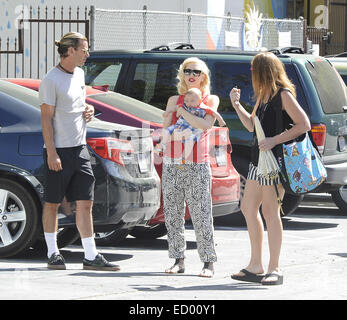Gwen Stefani trägt ein rotes Top und Sonnenbrillen, unterwegs in Los Angeles mit ihrem Mann und zwei Kinder mit: Gwen Stefani, Apollo Rossdale Gavin Rossdale wo: Los Angeles, California, Vereinigte Staaten von Amerika bei: 19. Juni 2014 Stockfoto