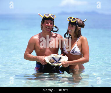 Paar mit Schnorchelausrüstung im Meer, Beachcomber Island Resort Beachcomber Island, Mamanuca Inseln, Republik Fidschi - Stockfoto