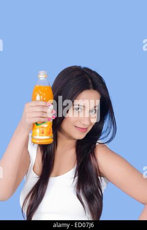1 indische Beautiful Lady trinken Fruchtsaft - Stockfoto