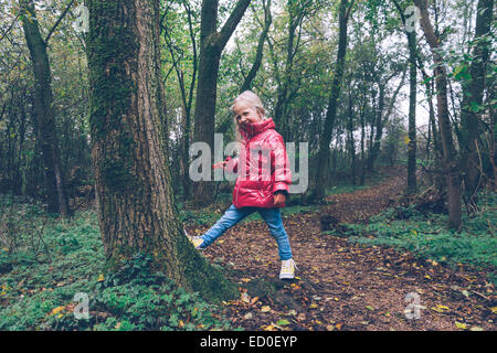 Mädchen in den Wald, Ritthem, Zeeland, Holland Flickschusterei - Stockfoto