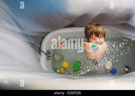 Junge (2-3) spielen mit Spielzeug im Bad - Stockfoto
