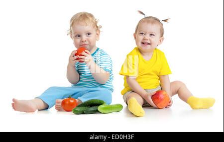 Kinder essen Obst und Gemüse isoliert auf weiss - Stockfoto