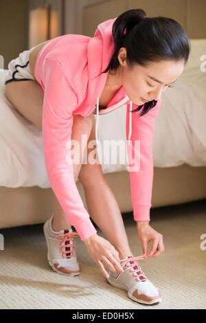 Junge Frau, die für den Betrieb vorbereiten - Stockfoto