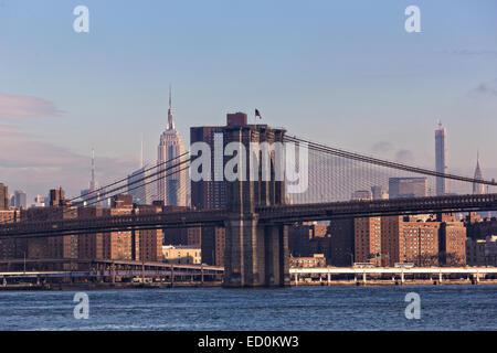 Brooklyn Bridge und Empire State Building mit Skyline von Manhattan angesehen von der Brooklyn Bridge Park über - Stockfoto