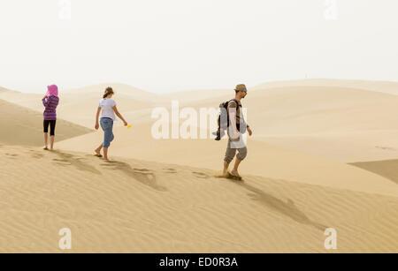 Touristen auf Sand Dünen von Maspalomas. Gran Canaria, Kanarische Inseln, Spanien - Stockfoto
