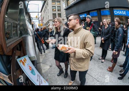 Horden von Feinschmecker Schlange bis an die Snowday LKW in New York am Mittwoch, 17. Dezember 2014 zu feiern Nationalfeiertag - Stockfoto