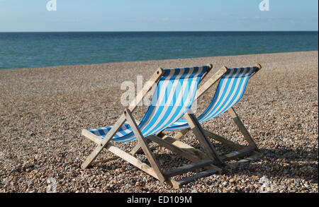 Leere Liegestühle am Strand von Brighton, England, Großbritannien - Stockfoto