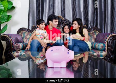 indischer Eltern mit Kindern zu Hause Spaß - Stockfoto