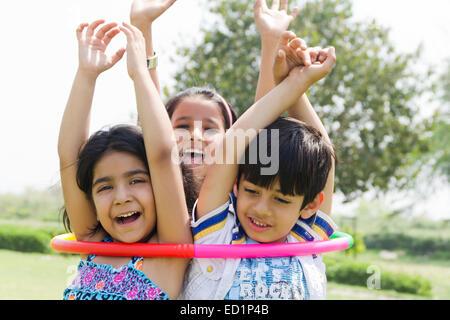 Indianer Kinderpark spielen Hulahoop - Stockfoto