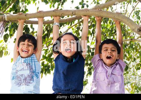 Indianer Kinderpark Baumstamm hängen - Stockfoto