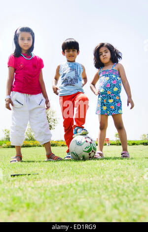 Indianer Kinderpark Fußball spielen - Stockfoto