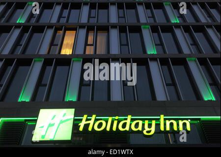 """(Datei) - eine Archiv-Bild vom 10. Januar 2014 zeigt das beleuchtete Logo des Hotels """"Holiday Inn"""" in Berlin, Deutschland. - Stockfoto"""
