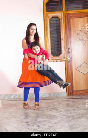 indische Mutter und Sohn zu Hause Spaß - Stockfoto