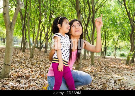 Genießen Sie indische Mutter mit Kind-park - Stockfoto