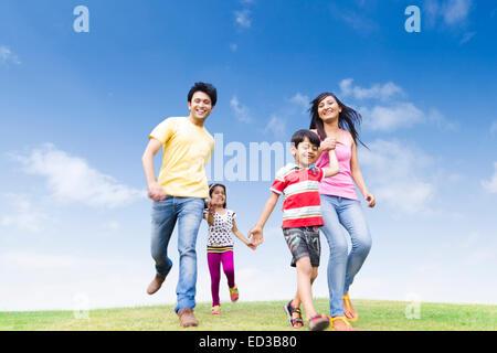 indische Eltern mit Kind park laufen - Stockfoto