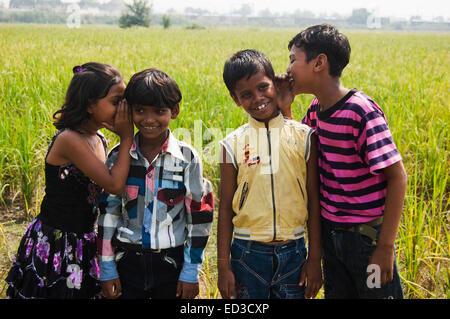 4 indische Kinder ländlichen Bereich Anhörung Gerücht - Stockfoto