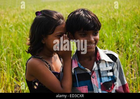 2 indische ländlichen Freund Kind Bereich Anhörung Gerücht - Stockfoto