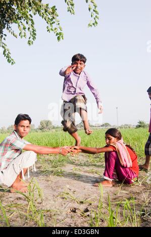 indische ländlichen Kinder spielen Bauernhof - Stockfoto