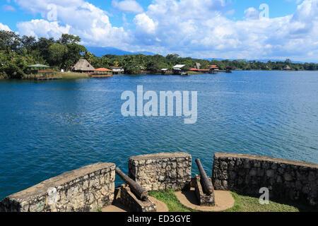 Blick vom Castillo de San Felipe de Lara, Blick auf Lago Izabal. - Stockfoto