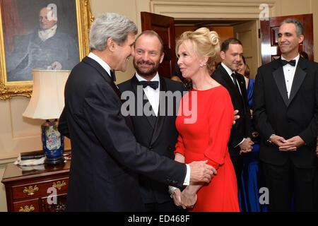 US-Außenminister John Kerry grüßt 2014 Kennedy Center Honoree Sänger Sting und seine Frau Trudie Styler, vor dem Mittagessen, die er zu Ehren der Preisträger an das US-Außenministerium in Washington, D.C., am 6. Dezember 2014 gehostet. Stockfoto