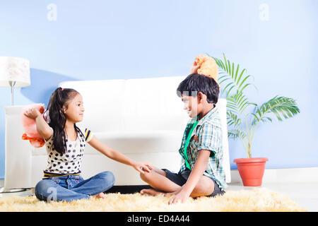 2 indische Kinder zu Hause spielen Teddybär - Stockfoto