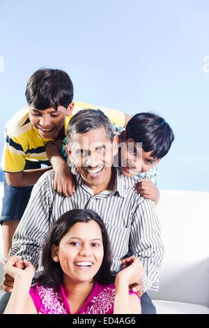 indische Vater mit Kindern zu Hause Spaß - Stockfoto