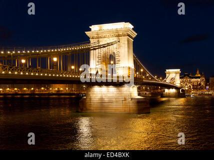 Die Kettenbrücke über die Donau in Budapest, Ungarn - Stockfoto