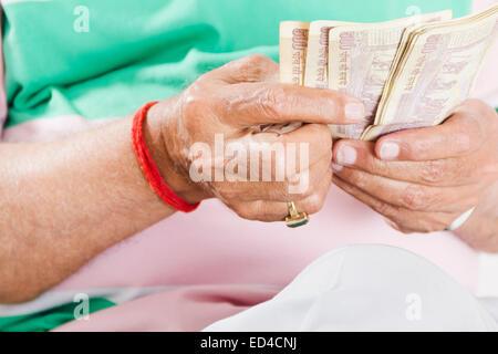 1 indische Greis, Geld zu sparen - Stockfoto