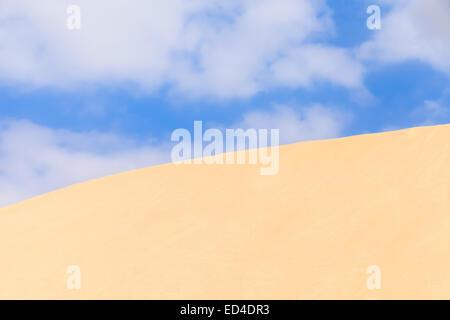 Sanddünen in der Nähe des Ozeans mit blauen Wolkenhimmel, Boavista, Kapverden - Cabo Verde - Stockfoto