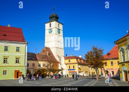 Sibiu, Rumänien. Touristen, die mittelalterliche Innenstadt von Sibiu mit Ratturm im großen Ring, Siebenbürgen in - Stockfoto