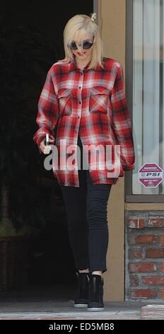 Gwen Stefani beendet ihre Akupunktur-Klinik tragen ein rotes Flanellhemd.  Mitwirkende: Gwen Stefani wo: Los Angeles, - Stockfoto