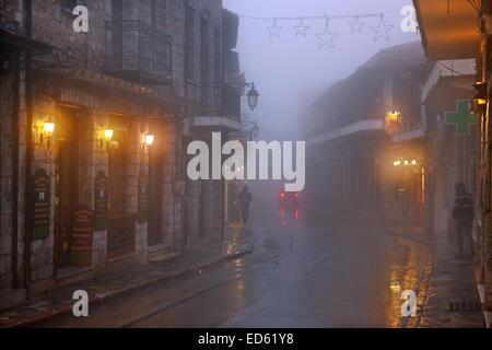 Nacht fällt auf nebligen Arachova, der beliebteste Wintersportort in Griechenland, Berg Parnassos, Viotia., Zentralgriechenland. - Stockfoto