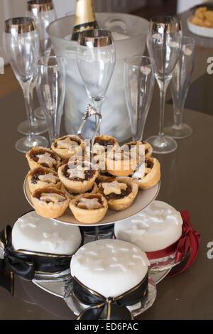 Mini Mince Pies Weihnachten Leckerbissen nach Hause Küchentisch - Stockfoto