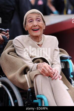 (Datei) - eine Archiv Bild vom 5. September 2011 zeigt jüdische Schauspielerin Luise Rainer jubeln nach Erhalt einen - Stockfoto
