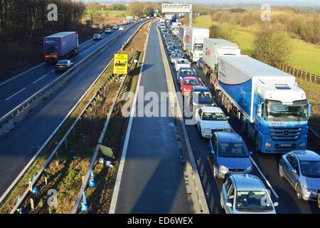 Scotch Corner, North Yorkshire, UK. 30. Dezember 2014. Verkehr auf der A1 nach Süden in die Warteschlange gestellt - Stockfoto