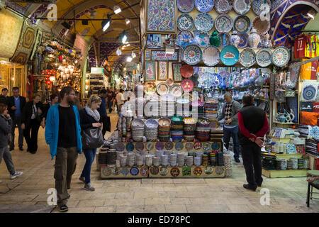 Westliche Touristen Einkaufen auf dem Basar Kapalicarsi, Markt große Beyazi, Istanbul, Türkei - Stockfoto