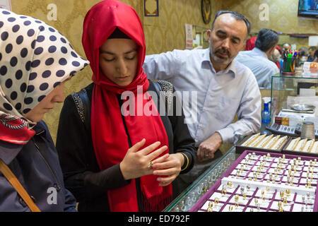 Muslimische Frau mit Gold ring Schmuck-Shop in The Grand Bazaar, Kapalicarsi, großer Markt, Beyazi, Istanbul, Türkei - Stockfoto