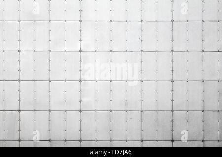 Zusammenfassung Hintergrund Fototextur der graue Metallwand mit Fliesen und Nieten - Stockfoto