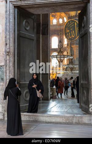 Muslimische Frauen in Hagia Sophia Ayasofya Muzesi Moschee Museum in Niquab mit Smartphone zu fotografieren, Istanbul, - Stockfoto